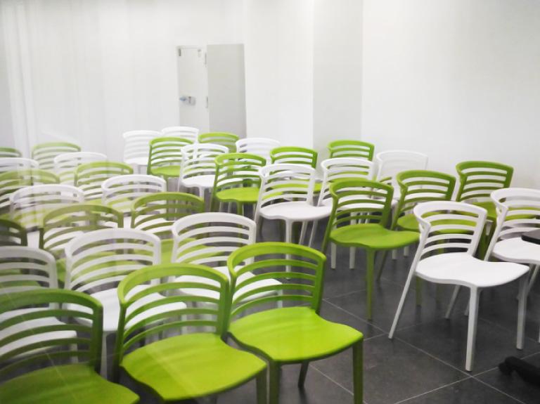 18張工作枱連座位, 或40個座位